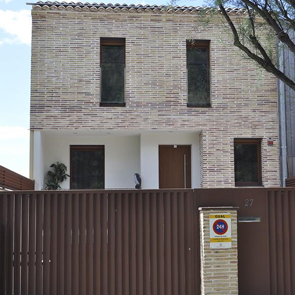 obras con puerta de garaje y ventanas